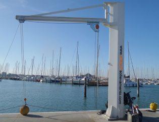 Gru a colonna con paranco manuale con riinvio in punta per alaggio barche