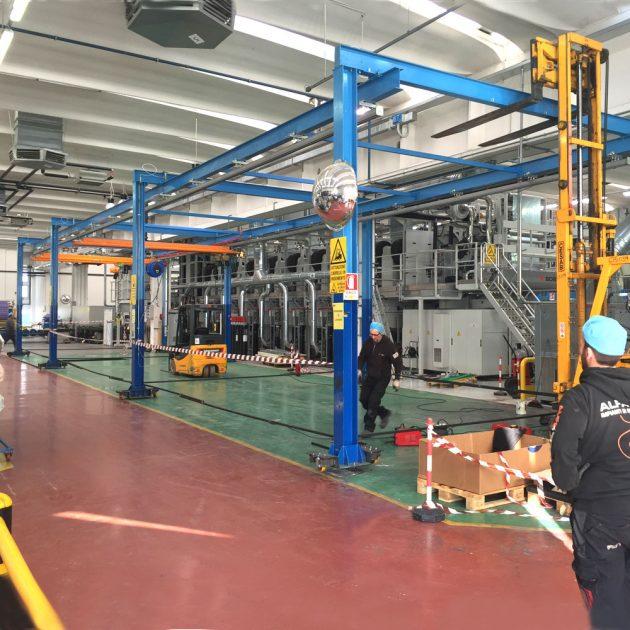 Impianto sospeso in fase di trasporto con pattini costruiti a disegno