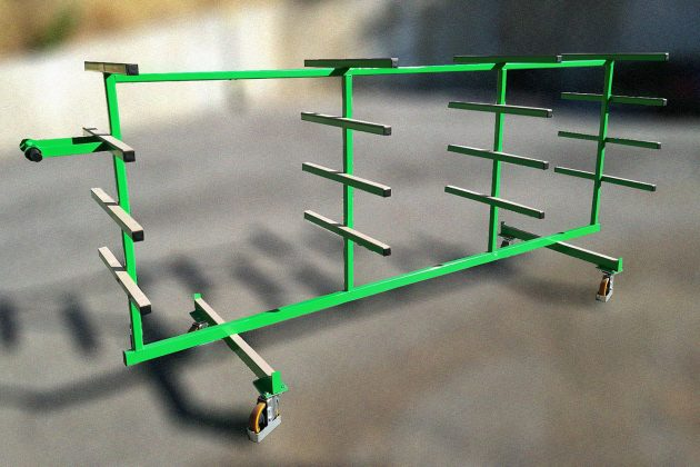 Carrello-per-il-trasporto-e-lo-stoccaggio-di-profilati-in-orizzontale-superfici-di-contatto-ricoperte-di-materiale-antigraffio-con-comparti-e-ruote-2-pivottanti-e-2-fisse-frenanti