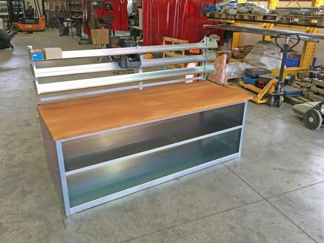 banco-da-lavoro-in-acciaio-zincato-con-ripiani-porta-attrezzi-ripiano-in-legno-e-spalliera-porta-cassette